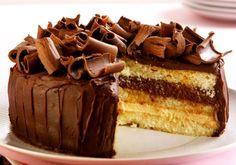 """Delicioso, este bolo vai fazer muito sucesso na sua festa ou no café da tarde. <a href=""""http://mdemulher.abril.com.br/culinaria/receitas/receita-de-bolo-musse-chocolate-692254.shtml"""" target=""""_blank"""">Veja como preparar</a>"""