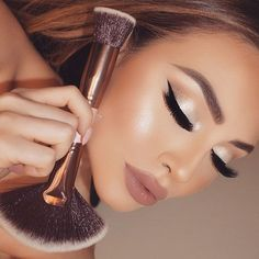 """""""One of my FABULOUS dual sided brushes ✨ The 180 ✨ Applies powders seamlessly with the kabuki flat top & blends in bronzers / highlighters / blushes…"""""""