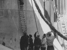 Arbeiten am Aalgang der Staustufe Niederlahnstein. Einbau von Faschinenwürsten in den Aalgang (Fischtreppe). Aufnahme aus dem Jahr 1956.