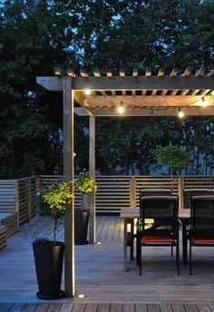 construire une pergola en bois et idée d'éclairage avec guirlande lumineuse
