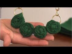 DIY Rosette Necklace - Emerald Color of Year Inspiration. Emerald is the 2013 Pantone Color of the Year and there are a ton of great beauty products and style elements to easily incorporate it into your personal look. Diy Jewelry Cards, Diy Jewelry Projects, Jewelry Making Tutorials, Craft Tutorials, Diy Necklace Display Stand, Easy Fabric Flowers, Jewelry Tumblr, Wedding Jewellery Inspiration, Emerald Color