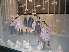 decoración con lazos rosa que cuelgan del techo y la exposición en forma de media luna de los escaparates de Baby Dior
