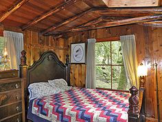 Queen Bedroom at Harmony Lodge, Index Washington - possibly stay here for Christmas?