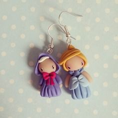 Boucles d'oreilles asymétriques cendrillon et sa marraine Polymer Clay Disney, Polymer Clay Figures, Cute Polymer Clay, Polymer Clay Charms, Polymer Clay Projects, Clay Crafts, Biscuit, Clay People, Disney Jewelry