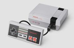 """Neben all dem aktuellen Hype um Pokemon GozündetNintendo gleich dasnächsteFeuerwerk:Mit der """"NES Classic Edition"""" legendie Japanerdie gleichnamige Spielekonsole aus den 80ern neu auf. Die NES Classic Edition orientiert sich äußerlich vollkommen um ursprünglichen """"Nintendo Entertainment System"""", ist nunaber deutlich kleiner … Weiterlesen"""
