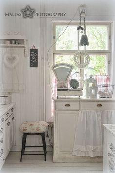 Elämää villa honkasalossa Like the skirt on the cupboard and the vintage dresser handles on the cupboards