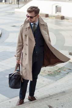 第一次世界大戦時に英国軍に向けた軍事コートに起源をもつ「トレンチコート」。1930年頃にはバーバリーやアクアスキュータムといったブランドによりブラッシュアップされ、ミリタリーアイテムとしてのディテールは残しながらも洗練されたファッションアイテムへと進化を遂げた。トレンチコートといえば国内では春用アイテムという印象もやや強いが、もちろん秋冬に至るまでオンオフ問わず活用できる頼れるアウターだ。今回はそんなトレンチコートにフォーカスして注目の着こなし&アイテムを紹介! トレンチコート×キルティングベスト×タイドアップシャツコーデ 襟を立て、フロントは全開でラフに羽織ることで軽妙さを演出したトレンチコートに、キルティングベストとタイドアップシャツを合わせた風格のあるコーディネート。ボトムにはジーンズと内羽根式のブラウンレザーシューズをチョイスして品のあるカジュアルスタイルが完成。  trashness SANYO(サンヨー) 100年コート ダブルトレンチコート 2013年、三陽商会が会社設立70周年を迎えるにあたり策定したタグライン「TIMELESS WORK.ほんとうにいい...