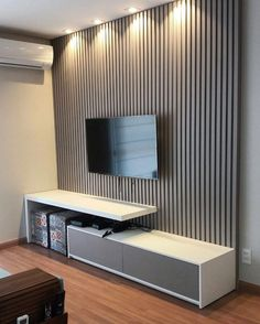 Iniciando a semana com este lindo painel ripado na cor gris Arauco, e hack na cor Branco iceland guararapes. Gavetas no sistema de touch. Living Room Tv Unit Designs, Wall Unit Designs, Tv Cabinet Design, Tv Wall Design, Apartment Interior Design, Interior Design Living Room, Lcd Panel Design, Tv Wanddekor, Modern Tv Wall Units