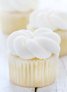 Elegant White Cupcakes Looking for easy cupcake recipe best for special occasion? Try this Elegant White Cupcakes. It has a dense, moist, fine crumb, and delicate texture. It's the perfect white cupcake! Frost Cupcakes, White Cupcakes, Yummy Cupcakes, White Wedding Cupcakes, White Cupcake Recipes, Perfect Cupcake Recipe, Elegant Cupcakes, Small Cupcakes, Giant Cupcakes