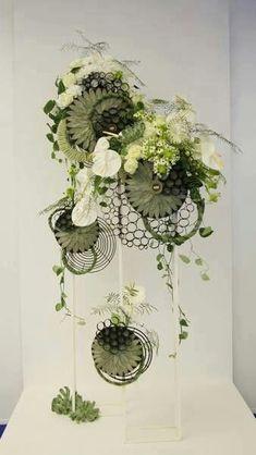 Owhite and gree floral Arte Floral, Deco Floral, Ikebana, Contemporary Flower Arrangements, Unique Flower Arrangements, Flower Show, Flower Art, Decoration Buffet, Fleur Design