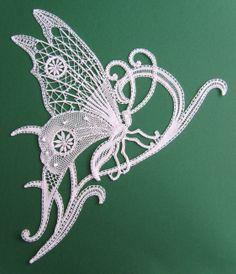 """papillon (revue """"la dentelle"""" n°122). fil DMC cordonnet n°70. Interprétation de Victoria Gervier"""