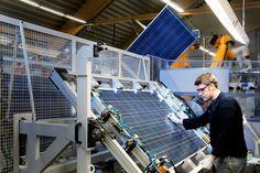 Aunque la energía solar es el símbolo verde por excelencia, varios incidentes han vinculado la fabricación de celdas y paneles con rastros de contaminación de fuentes hídricas, suelos y aire, ademas de producir enfermedades a trabajadores.