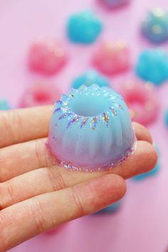 DIY Dusch Jelly im Lush-Style selber machen. Leider finde ich Lush ehrlich gesagt etwas teuer und deshalb habe ich mir kurzerhand eine kleine DIY Anleitung zu den Dusch Jellies ausgedacht. Das Coole an den Jellies: Ihr könnt sie in jede erdenkliche Form gießen und es macht super Spaß, mit verschiedenen Eiswürfelformen zu experimentieren!