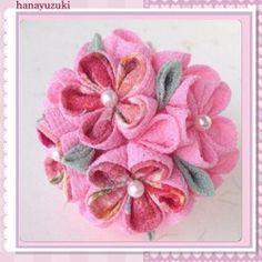 鬼縮緬(レーヨン)のつまみ細工の簪です。下がり簪を添えた7点セット。Uピンの小花は単品でも使えて便利です。丸つまみのお花が愛らしい簪です追加で銀ビラ簪をお作りする事もできます。銀ビラ1本¥800〜メールにてお問い合わせください下さいませ。サイズ簪部分 長さ 10.5cm。お花の部分 直径 約 6cm Uピン部分 長さ 7㎝お花 (黒と赤)直径 約 3.5㎝1個お花 (黒と赤)直径 約 3㎝ 2個お花 (赤の梅)直径 約 3.5㎝1個お花 (赤の梅)直径 約 3㎝ 1個下がりUピンの長さ 7㎝下がりの長さ 約 15㎝銀ビラ 横5㎝ 縦3.5㎝華やかで品の良い簪です。成人式やお正月の晴れ着に如何でしょう。お送りする際はケースにお入れして発送いたします。つまみ細工は繊細です。丁寧なお取り扱いをお願い致します。又、水に非常に弱いので、雨などで濡れないようにお気をつけ下さい。