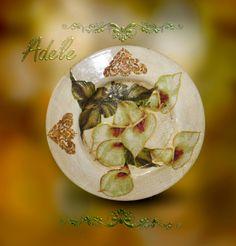 A beautiful underplate made with Decoupage Calambour paper DE 01 by Adele Marano. Un bellissimo sottopiatto realizzato con la carta da decoupage Calambour da Adele Marano.