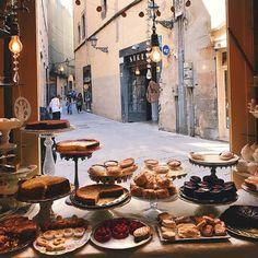 #cafe #bakery Bakery Shop Design, Coffee Shop Design, Cafe Interior Design, Cafe Design, Design Design, Deco Cafe, Bread Shop, Bakery Display, Cafe Bistro