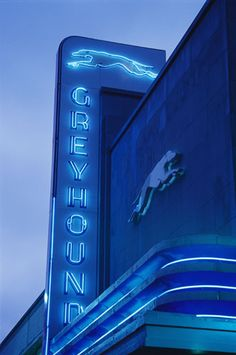 Dallas, Texas: A Greyhound bus station sign Cool Neon Signs, Vintage Neon Signs, Vintage Ads, Drive In, Streamline Moderne, Neon Nights, Art Deco Buildings, Busse, Bus Station