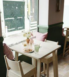 Si ves la mesa NORRÅKER te vas a querer tomar más de un café sobre ella.
