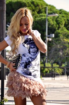 Feather skirt and fun t-shirt, blonde hair, outfit italian fashion blogger It-Girl by Eleonora Petrella
