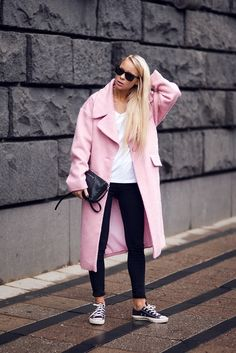 Street style with a pink coat over a black and white outfit Look Fashion, Daily Fashion, Womens Fashion, Fashion Trends, Fashion Tag, Fashion Beauty, Girl Fashion, Look Street Style, Street Chic