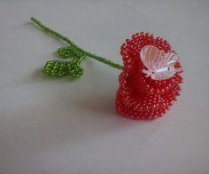 Роза из бисера для начинающих: пошаговый мастер-класс с фото  Ничего нет прекрасней и дороже, чем что — нибудь сделанное с любовью и заботой. А что делать, если основы бисероплетения усвоены, а сложные вещи ни как не поддаются? А так хочется создать красивый цветок, но при этом сильно не утруждать себя. Все цветы из бисера прекрасны, но роза из бисера по праву занимает место королевы.  Бисероплетение — это увлекательный процесс, который радует не только созданными своими руками шедеврами, но…