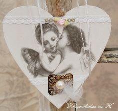 Ein zauberhaftes Holzherz mit Engelchen.  Ich habe es romantisch dekoriert mit Spitze, Röschen und Federn, perfekt zum Shabby-Stil oder eine Hochte...
