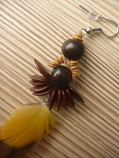 Seeds anf feathers earring: particular of the seeds.