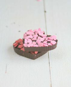 Oreo chocolade hartjes voor wat extra romantiek met Valentijn. Makkelijk en snel gemaakt recept en zien ze er niet schattig uit? #valentijn #oreo #chocolade Lunch Snacks, Truffles, Chocolate, Desserts, Food, Tailgate Desserts, Deserts, Essen, Truffle