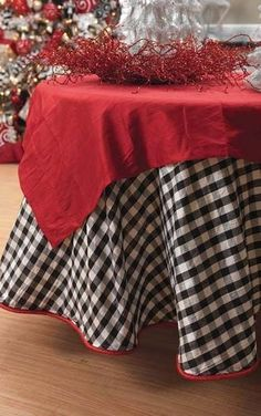 I want to make a table skirt like this check taffeta to use during Christmas. Plaid Christmas, Christmas Home, White Christmas, Christmas Decor, Christmas Booth, Christmas Ideas, Christmas Table Settings, Christmas Centerpieces, Christmas Tablescapes