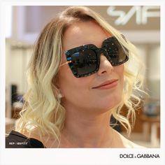 Os óculos de sol com lentes geométricas da Dolce   Gabbana são perfeitos  para uma mulher 796934c1db