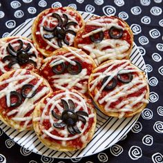 Halloween mummy aperitif - 20 easy and surprising Halloween aperitif ideas - Elle à Table - Halloween Pizza / We put everything on a Halloween aperitif - Halloween Pizza, Halloween Appetizers, Halloween Dinner, Easy Halloween, Halloween Meals, Pizza Snacks, Pizza Food, Halloween Cocktails, Kids Meals