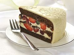 Čokoládový dort s pěnou z bílé čokolády a s lesním ovocem