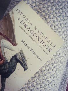 Isabella Trent a reusit, in ciuda conventiilor epocii in care traia, sa scoata 𝒹𝓇𝒶𝑔𝑜𝓃𝒾𝒾 din ceata prejudecatilor mistice si sa-i transforme in obiectul unei stiinte moderne. In aceasta carte, Isabella insasi povesteste despre pionieratul care aproape i-a distrus credibilitatea si viitorul... Dragon, Fantasy, Books, Libros, Book, Dragons, Fantasy Books, Fantasia, Book Illustrations