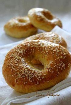 Reteta bagels. Reteta chifle bagels. Mod de preparare si ingrediente bagels. Preparare aluat chifle bagel. Romanian Food, Blondies, Scones, Bread Recipes, Waffles, Appetizers, Yummy Food, Sweets, Homemade