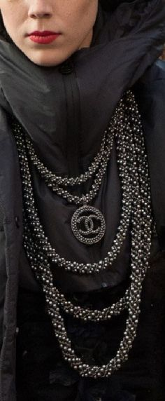Imitation Jewelry Imported from the United States. Grey Fashion, Fashion 2017, Runway Fashion, High Fashion, Womens Fashion, Chanel Fashion, Royal Jewelry, Chanel Jewelry, Chanel Necklace