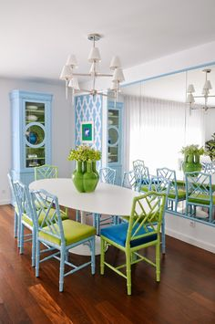 Happy and bright dining room, Maria Barros chippendale chairs, blue and lime green Pink Dining Rooms, Green Dining Room, Dining Room Colors, Dining Room Design, Kitchen Design, Lisbon Apartment, Home Interior, Interior Design, Cocina Shabby Chic