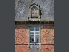 Château de Carrouges: Détail du château : fenêtre, lucarne, façade de brique et de pierre, et toit d'ardoise - France-Voyage.com