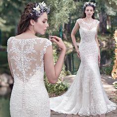 Adembenemende kanten fit en flare bruidsjurk Mercedes van Maggie Sottero met een prachtig iillusion sweetheart neckline en een bijzonder met kant afgewerkte rug.