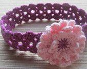Modelo del ganchillo # 103 Purple Lacy diadema con una flor de color rosa para una niña