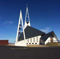 1967: Church in Olafsvik, Island I Die derzeitige Kirche wurde 1967 fertiggestellt. Mit ihrer Fischform symbolisiert sie auch den Reichtum des Ortes und wurde Hákon Hertervig entworfen