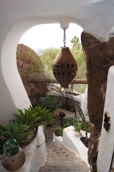 Casa di Omar Sharif a Lanzarote Tenerife, Places In Europe, Places To Go, Pool Plants, Beautiful Homes, Beautiful Places, Mediterranean Architecture, Island Design, Earthship