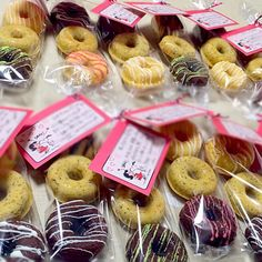 プレーン、紅茶、チョコ味の3種類。 アーモンドパウダーをたっぷり使って、しっとり仕上げました。 メッセージを添えて、可愛くラッピングも出来ました。 - 76件のもぐもぐ - バレンタイン❤️焼きドーナツ☆〜職場の人に感謝を込めて〜☆  娘作 by hamama0725 Mini Cupcakes, Donuts, Wrapping, Breads, Muffin, Sweets, Breakfast, Desserts, Food