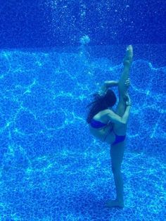 Under water gymnastics. While in the original stages with cheerleading the adventure was only that Flexibility Dance, Gymnastics Flexibility, Rhythmic Gymnastics, Dance Photography Poses, Gymnastics Photography, Dance Poses, Gymnastics Tricks, Gymnastics Pictures, Cheer Pictures