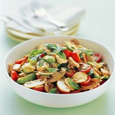 A delicious salad recipe using mushrooms, tomatoes and avocado to make a tasty lunch meal idea. This salad recipe is perfect for a summer entertaining side dish. Lunch Recipes, Vegetarian Recipes, Cooking Recipes, Healthy Recipes, Avocado Tomato Salad, Avocado Salad Recipes, Cucumber Salad, Best Vegetable Recipes, Mushroom Recipes