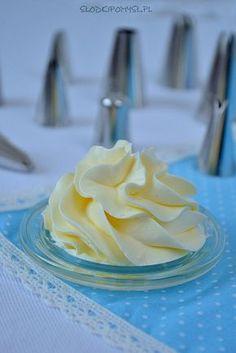 Krem maślany z mlekiem skondensowanym to prostsza alternatywa kremu maślanego na bezie szwajcarskiej. Krem idealny do tynkowania i dekorowania tortów.