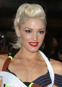 Gwen Stefani Retro Updo - Gwen Stefani wore her bleach blond locks in a retro victory roll for the premiere of 'Anchorman. Gwen Stefani Hair, Gwen Stefani No Doubt, Gwen Stefani And Blake, Gwen Stefani Style, Vintage Hairstyles For Long Hair, 1950s Hairstyles, Grease Hairstyles, Retro Updo, Pin Up Looks