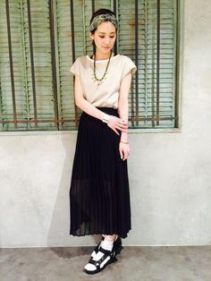 風に揺れるプリーツスカートがおしゃれなかわいい夏服コーデのアイデア