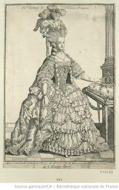 Marie-Antoinette, en pied, de trois quarts à droite, presque de face, tenant à la main droite un minuscule médaillon de Louis XVI