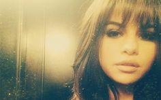 """10 vezes em que pensamos que as famosas tinham mudado o cabelo, mas era mentirinha  Em setembro do ano passado, Selena Gomez surpreendeu seus seguidores do Instagram ao postar a foto abaixo com a seguinte legenda: """"bangs"""" (franja). Mas tudo era só uma brinqs e pouco depois ela tirou o aplique."""
