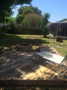 Patio Deck Out Of 25 Wooden Pallets Pallet Floors Decks Pallet Terraces Pallet Patios Pallet Furniture Designs, Pallet Patio Furniture, Wooden Pallet Projects, Reclaimed Wood Furniture, Wooden Pallets, 1001 Pallets, Playhouse Furniture, Pallet Playhouse, Pallet Designs
